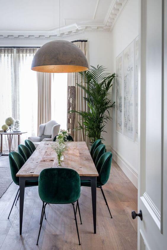 Mesa de madeira rústica com cadeiras verdes