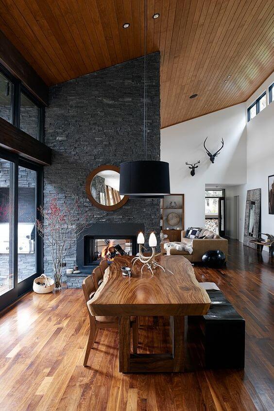 Mesa de madeira rústica com lustre preto