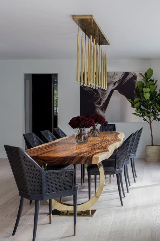 Mesa de madeira rústica com lustre moderno