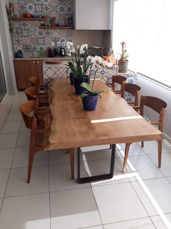 Mesa de madeira rústica na varanda