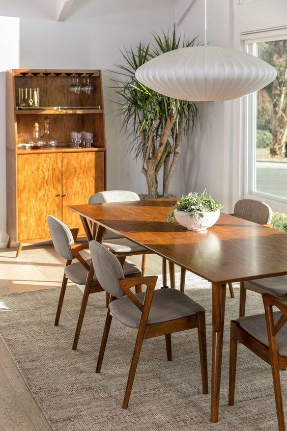 Mesa de madeira rústica moderna com lustre branca