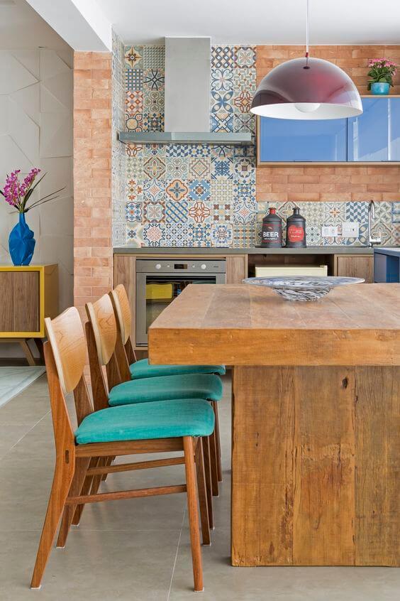 Mesa de madeira rústica na churrasqueira