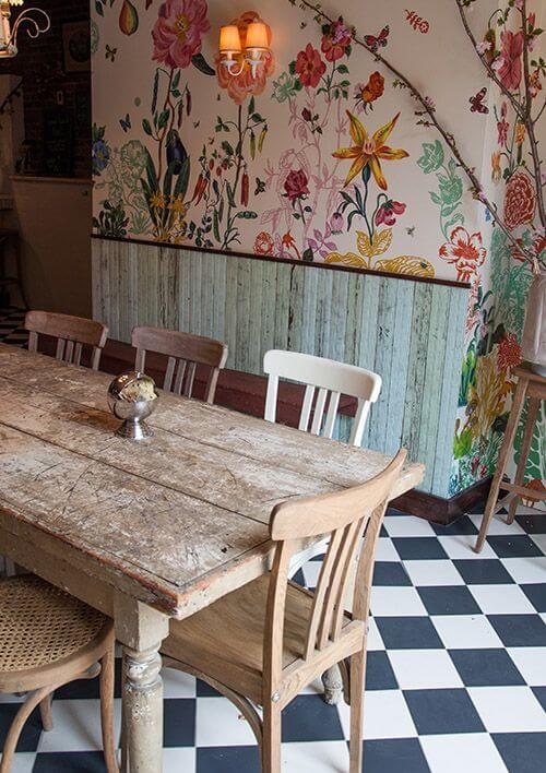 Mesa de madeira rústica na cozinha