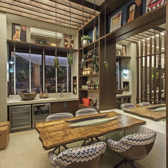 Mesa de madeira rústica na cozinha moderna