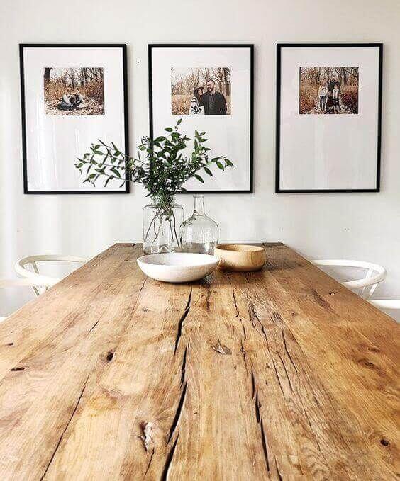 Mesa de madeira rustica na sala de jantar na decoração industrial
