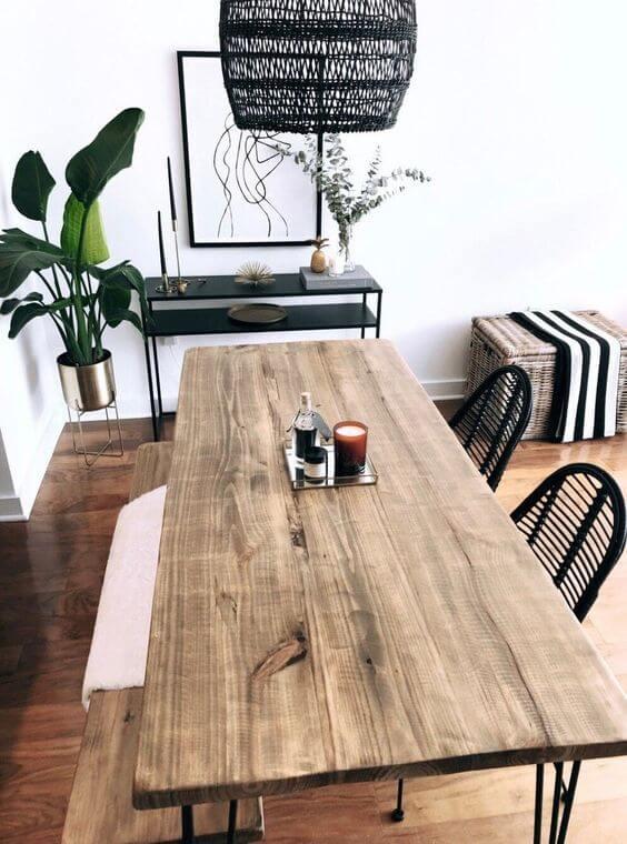 Mesa de madeira rústica na sala de jantar moderna