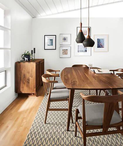 Mesa de madeira rústica na sala de jantar