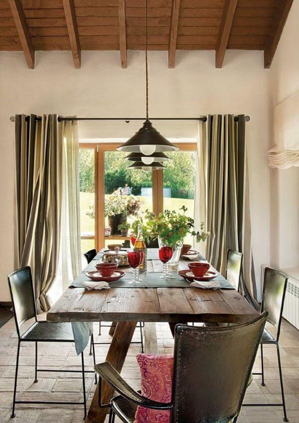 Mesa de madeira rústica na sala iluminada