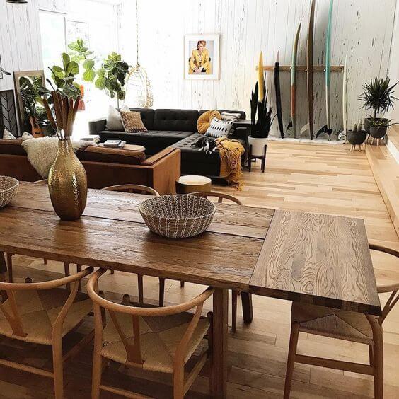 Mesa de madeira rústica na sala moderna