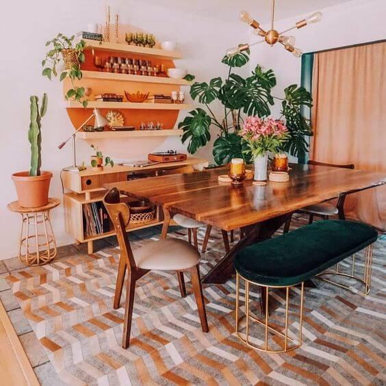 Mesa de madeira rústica na sala de estar