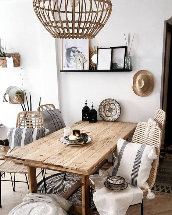 Mesa de madeira rústica na sala de jantar pequena