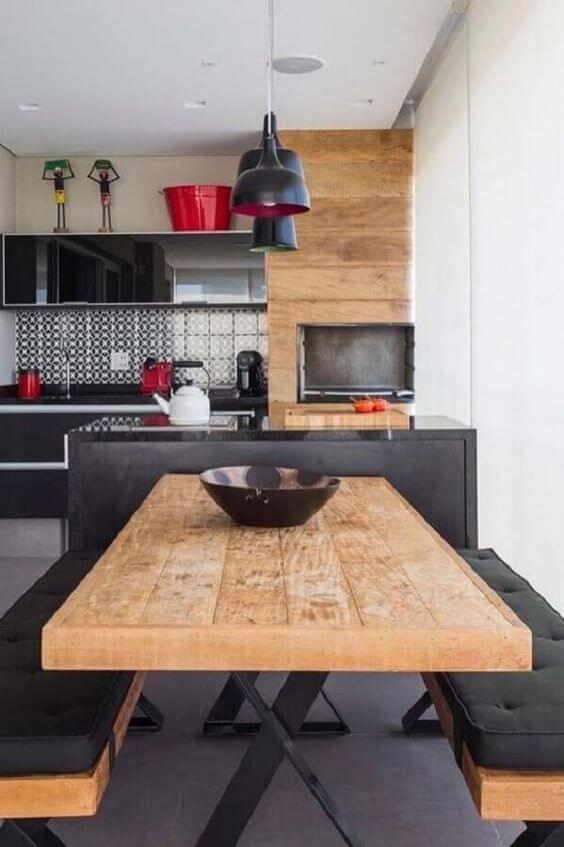 A mesa de madeira rústica é ótima para usar na varanda