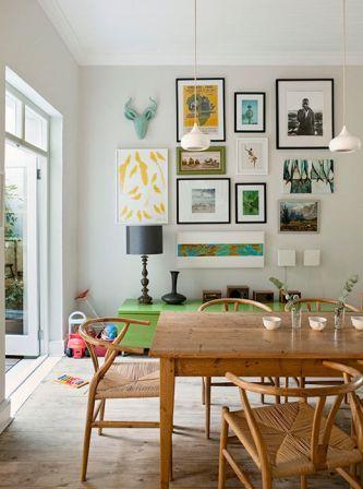 Mesa de madeira rústica na sala decorada