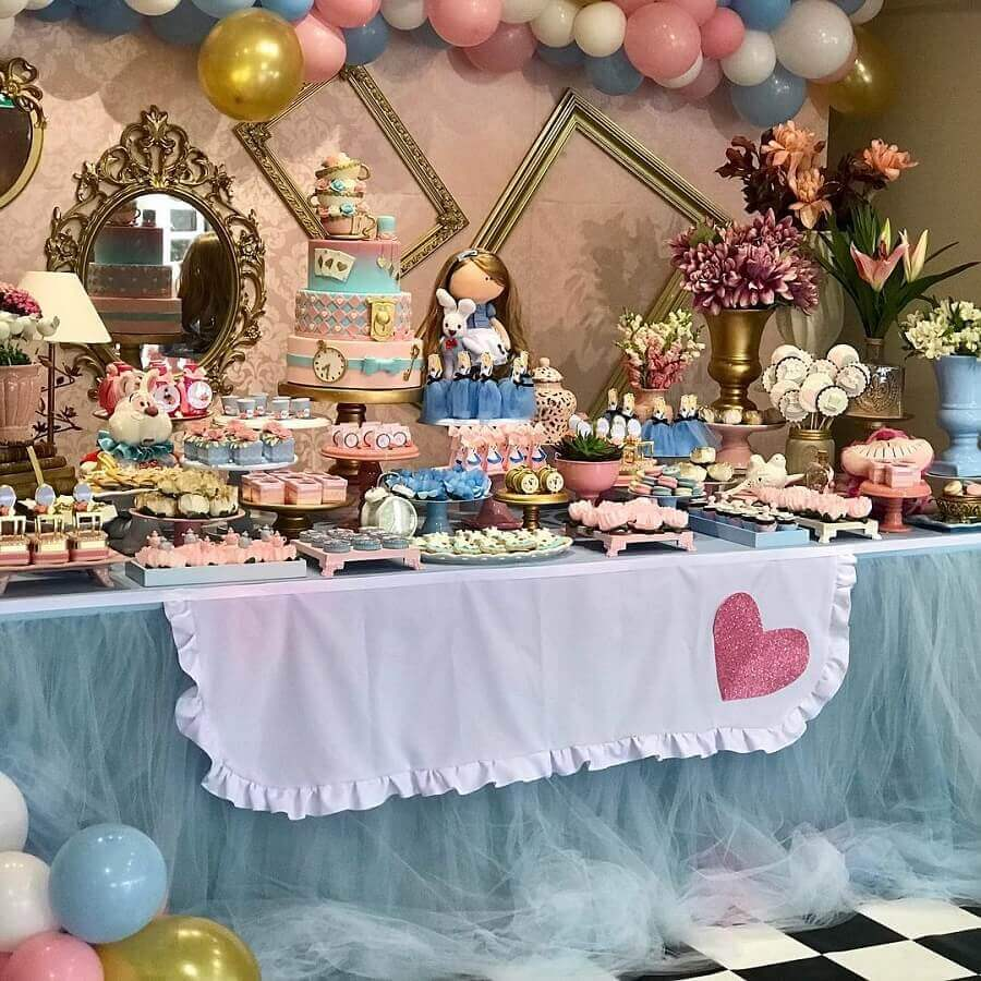 table decorated in blue and pink for Alice in Wonderland children's party Photo Pinterest