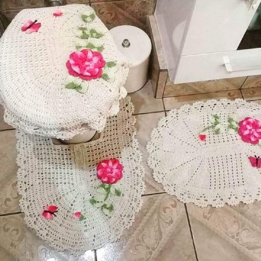 modelo de jogo de banheiro com flores rosa feitas em crochê Foto Débora Isikawa