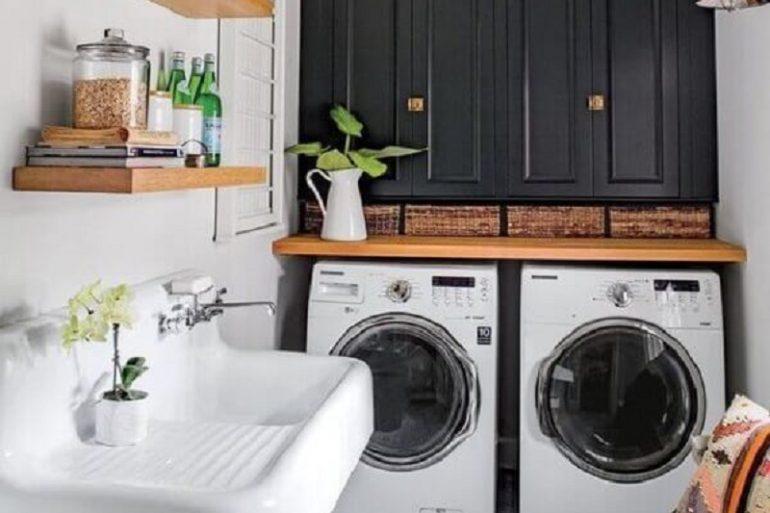 modelo de lavanderia simples decorada com prateleiras de madeira  Foto Manual da Obra