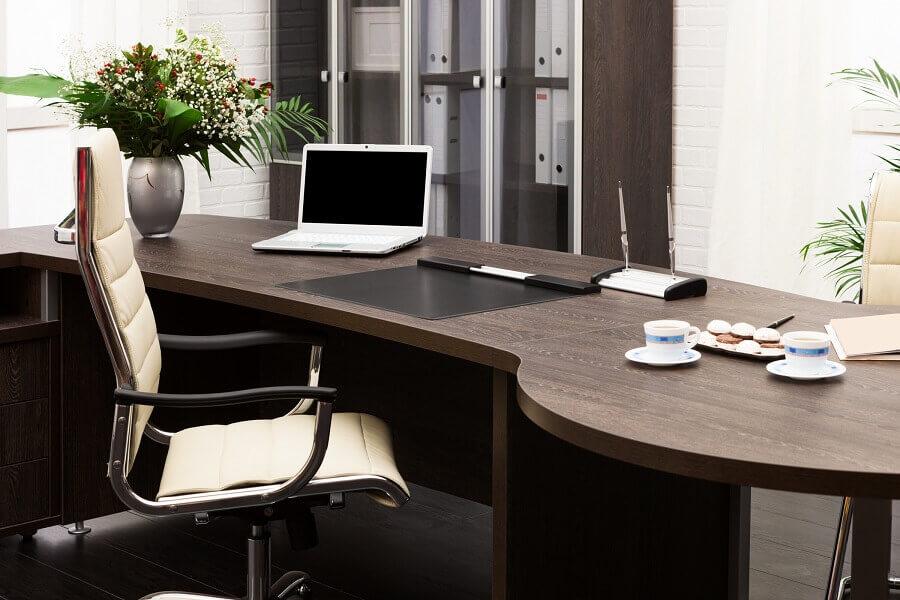 modelo de mesa de madeira para escritório Foto The Home Dweller