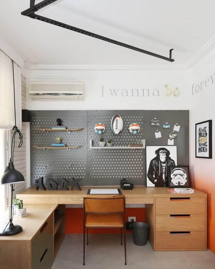 modelo de mesa de madeira para escritório com gavetas planejadas Foto Mandril Arquitetura