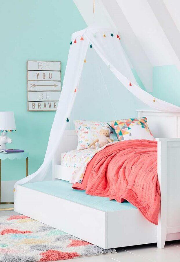 modelo de quarto de menina decorado com cama com dossel Foto Apartment Therapy