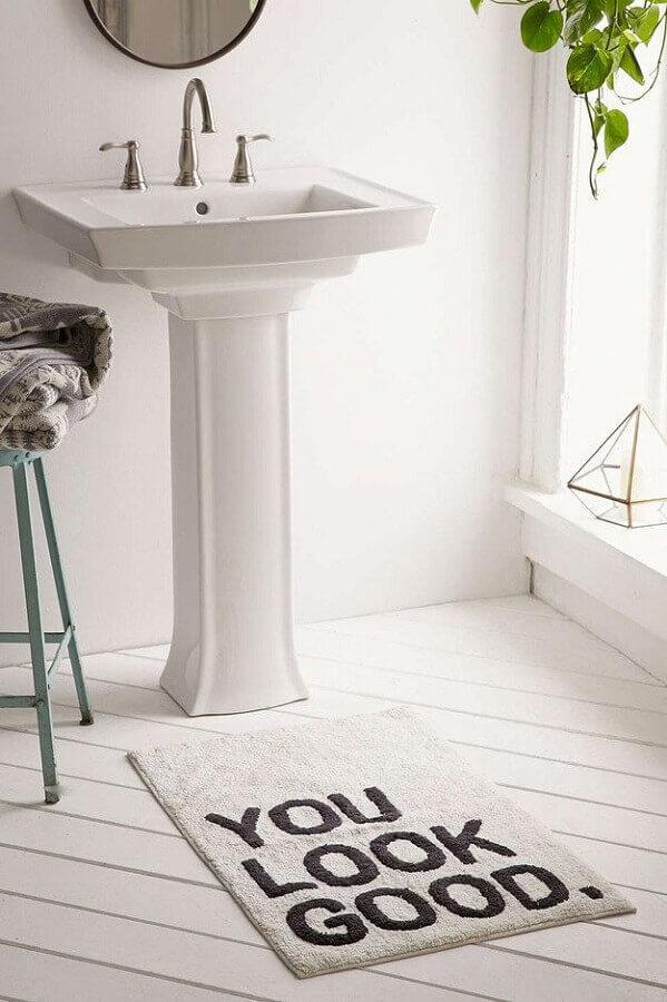 modelo de tapete para banheiro com decoração clean Foto Spiros Soulis