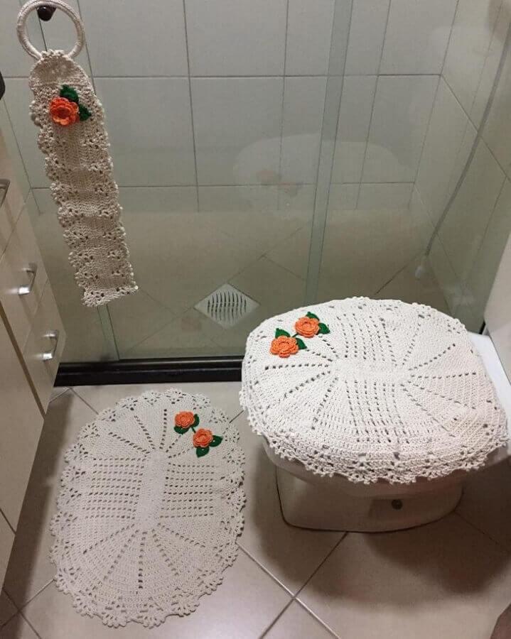 modelo delicado de jogo de banheiro de crochê com flores laranja Foto Malukids - Artes Com a Mão