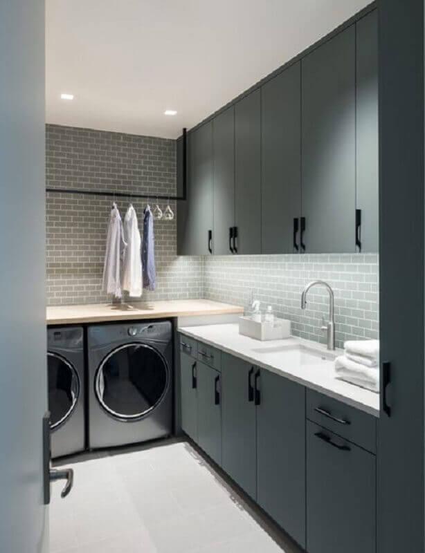 modelos de lavanderia planejada com armários pretos Foto Revista VD