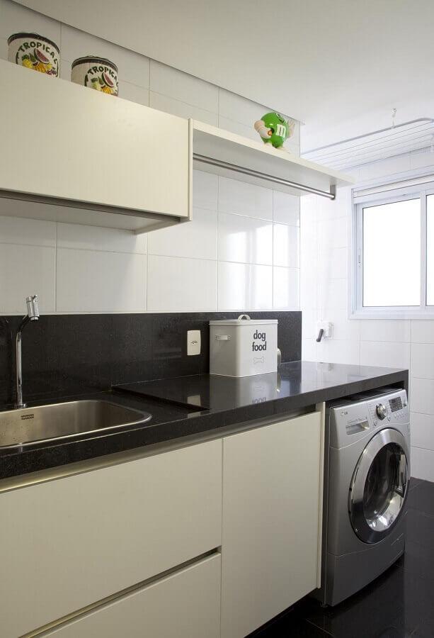 modelos de lavanderia planejada com bancada preta e armários brancos Foto Patricia Kolanian Pasquini