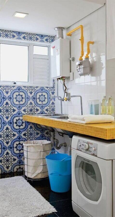 modelos de lavanderia simples com bancada de madeira e revestimento antigo azul Foto Falk Art e Decoração