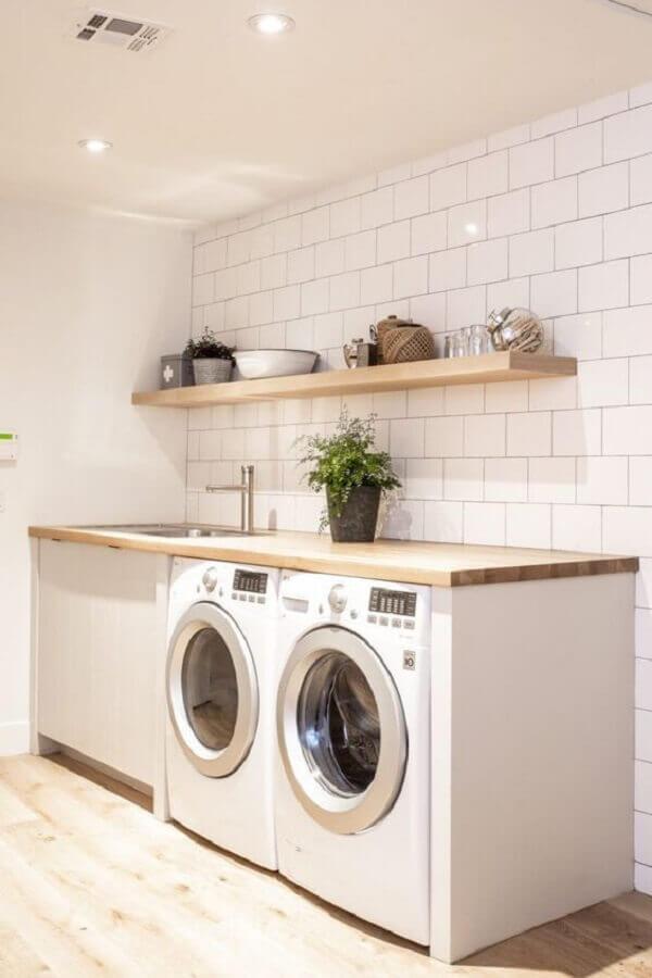 modelos de lavanderia simples toda branca com bancada de madeira Foto Pinterest