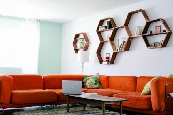 nicho colmeia sofá laranja