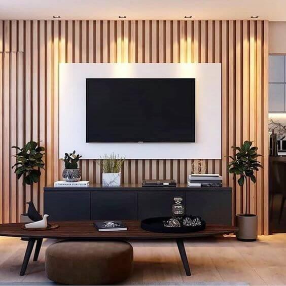 Painel branco com rack preta para sala de tv