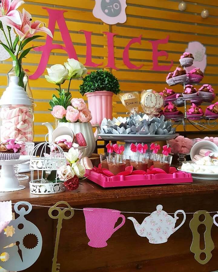 wooden panel for alice party decoration in simple wonderland Photo Alicia Events