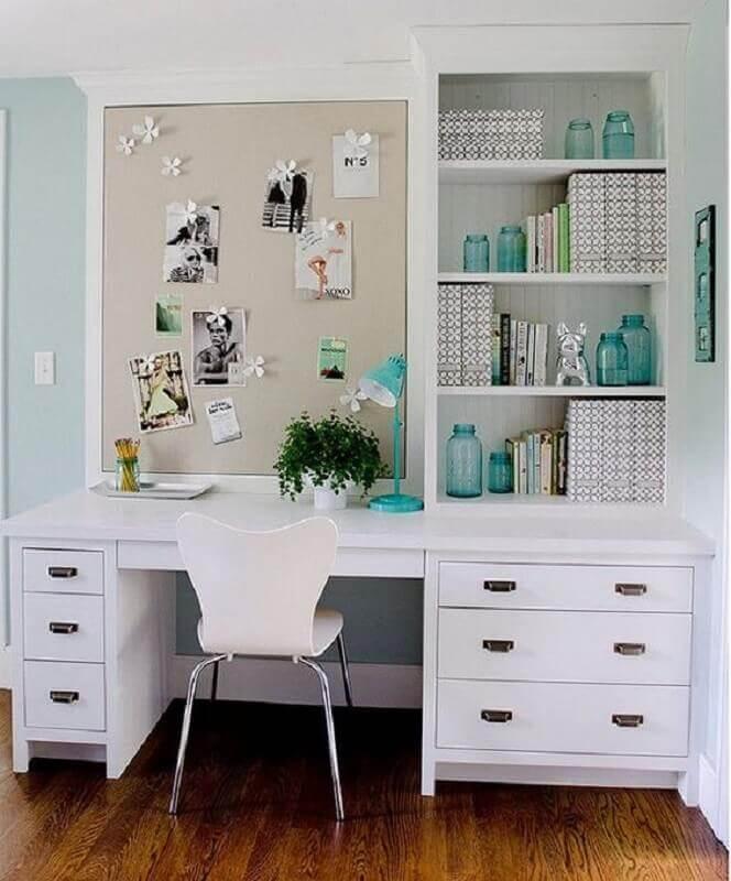 painel de recados para escrivaninha com estante e gavetas Foto Architectural Digest