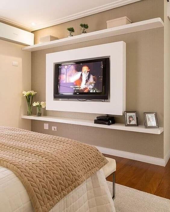 O quarto fica ainda mais bonito com o painel para tv branco