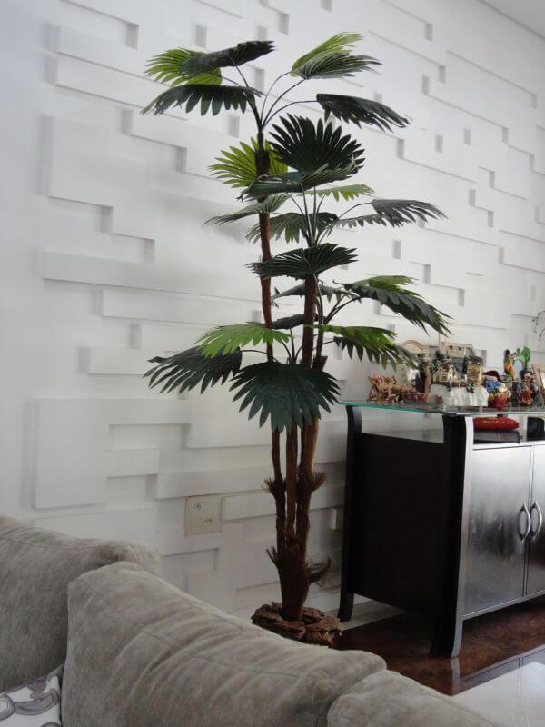 Palmeira leque artificial na sala de estar