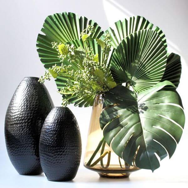 Palmeira leque com costela de adão para decorar salas modernas