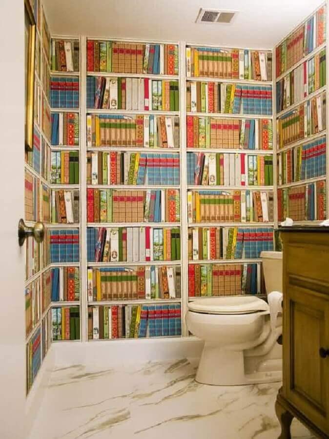 papel de parede colorido para banheiro com estampa de estante de livros Foto YellowHome