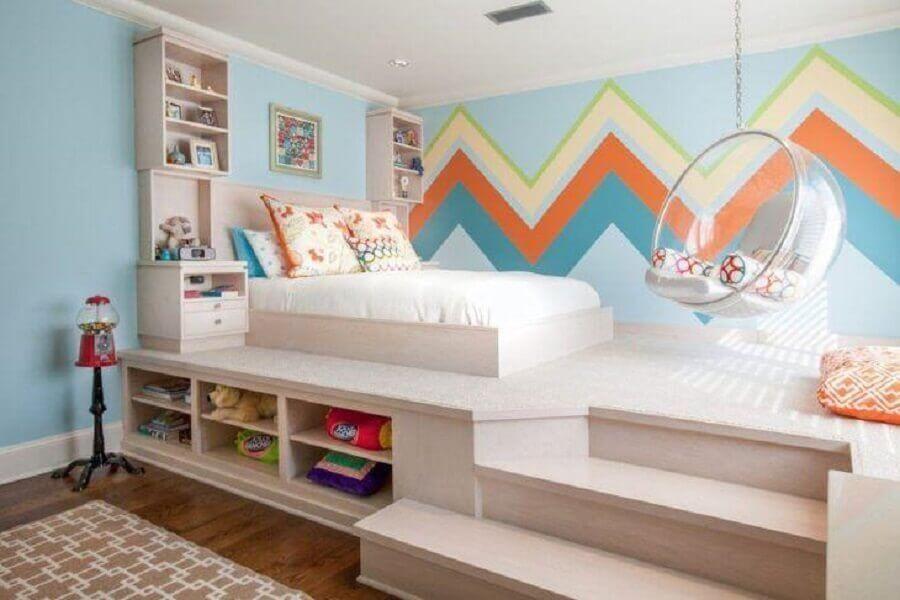 papel de parede colorido para quarto de menina planejado com parede azul e balanço redondo transparente Foto Weaver Architects