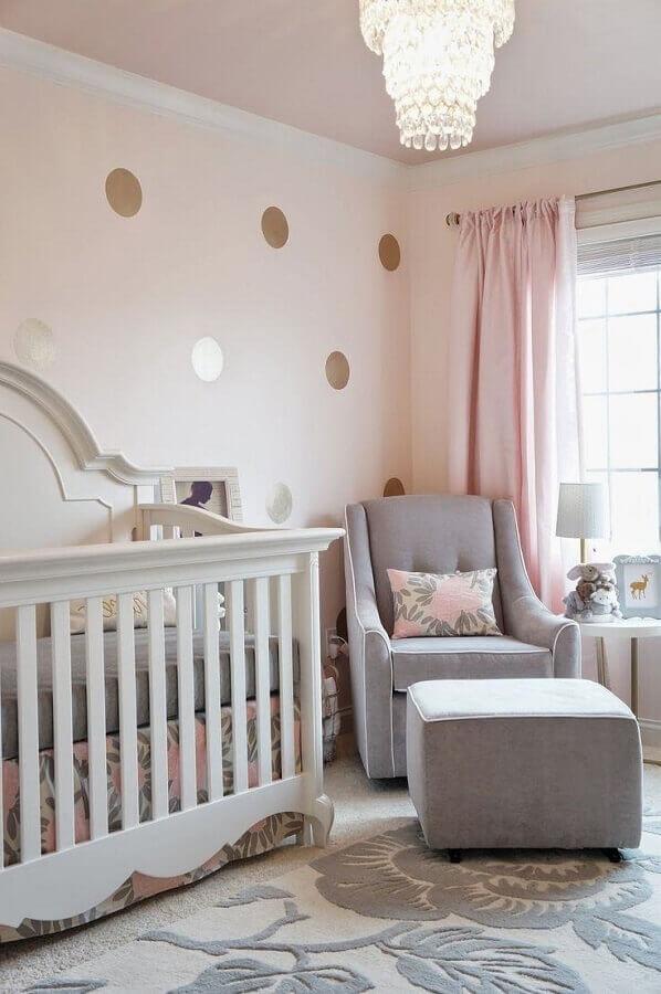 papel de parede com bolinhas douradas para decoração de quarto de bebê rosa e cinza Foto House and Decors
