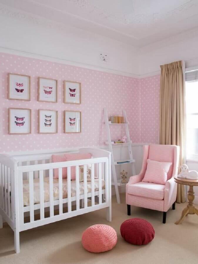 papel de parede de bolinhas e puff redondo de crochê para quarto de bebê rosa e branco Foto Assetproject