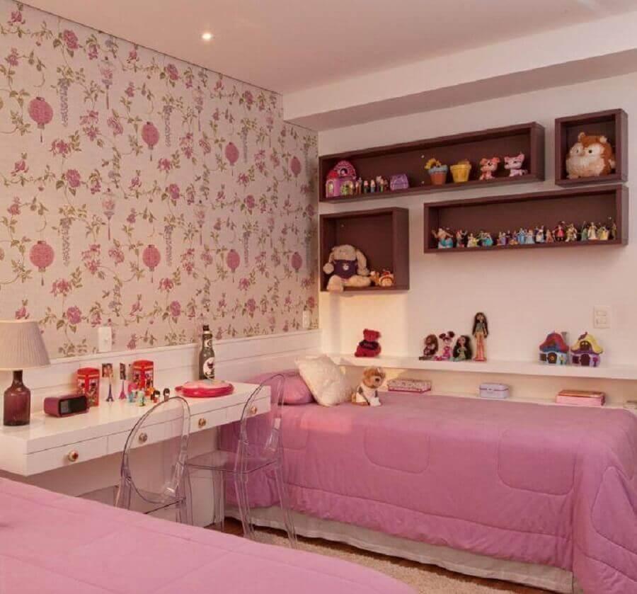 papel de parede floral para decoração de quarto de menina rosa e branco com duas camas Foto Patrícia Kolanian Pasquini
