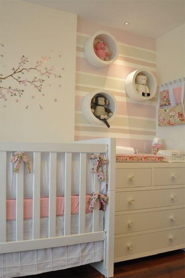 papel de parede listrado e nichos redondos para decoração de quarto de bebê rosa e branco Foto Casar É...