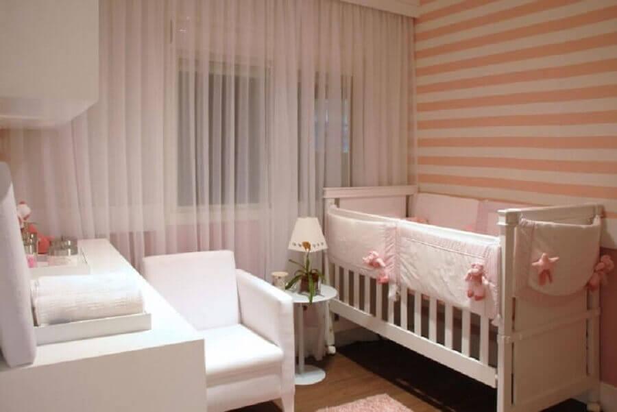 papel de parede listrado para decoração de quarto de bebê rosa e branco Foto Marel