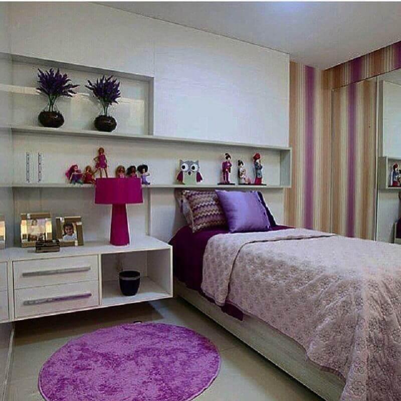 papel de parede listrado para decoração de quarto de menina branco e lilás com tapete redondo Foto Sullen Montenegro