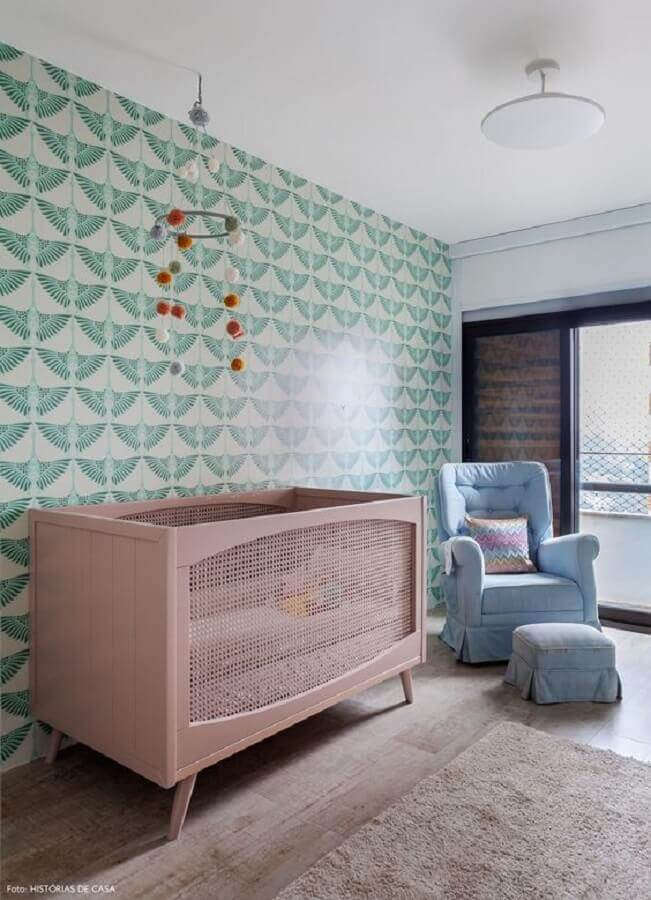 Papel de parede para decoração de quarto de bebê verde e rosa com poltrona azul