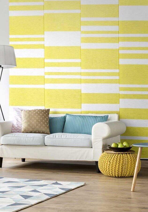 papel de parede para decoração de sala amarela com sofá branco Foto Pinterest