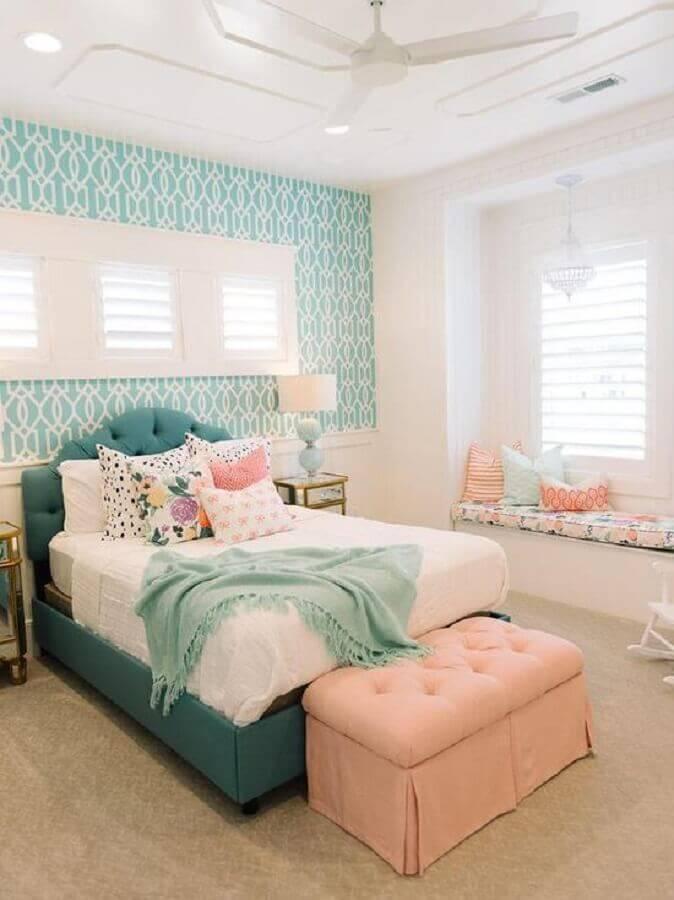 papel de parede para quarto de menina verde e branco com puff salmão Foto Pinterest