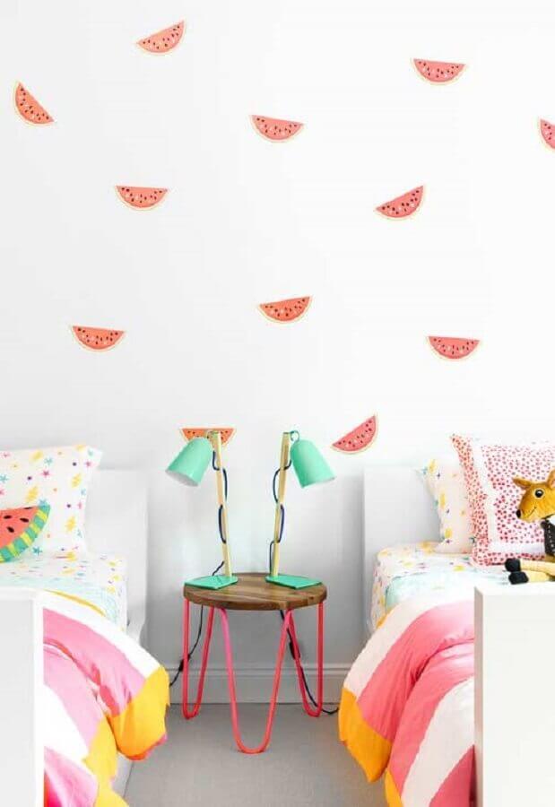 papel de parede para quarto de menina com duas cama e luminária verde água Foto Pinterest