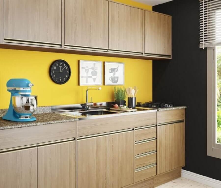 parede amarela para decoração de cozinha modulada com armários de madeira Foto Decibal