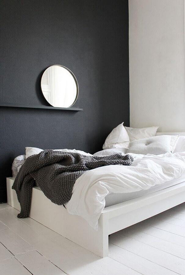 parede preta com espelho redondo para quarto minimalista Foto We Heart It